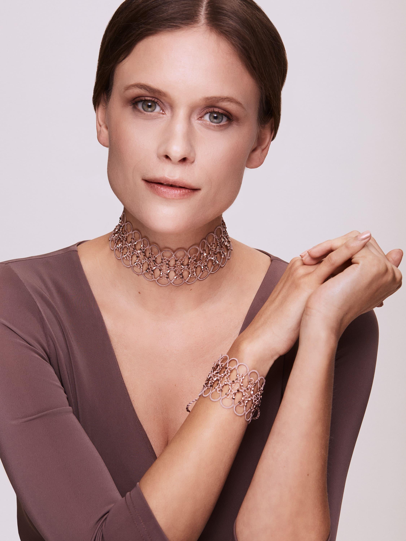 Dieses handgefertigte Halsband verleiht jedem Ensemble sofort ein cooles oder elegantes Finish.