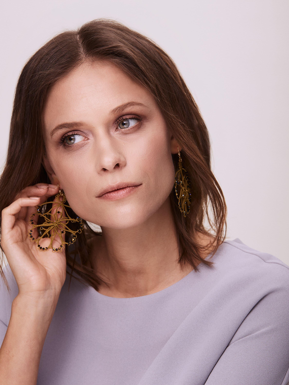 Exklusive, funkelnde Couture-Ohrringe mit Swarovski-Kristallen in Form einer opulenten Blume - handgefertigt in der hochentwickelten Technik namens Mekik.