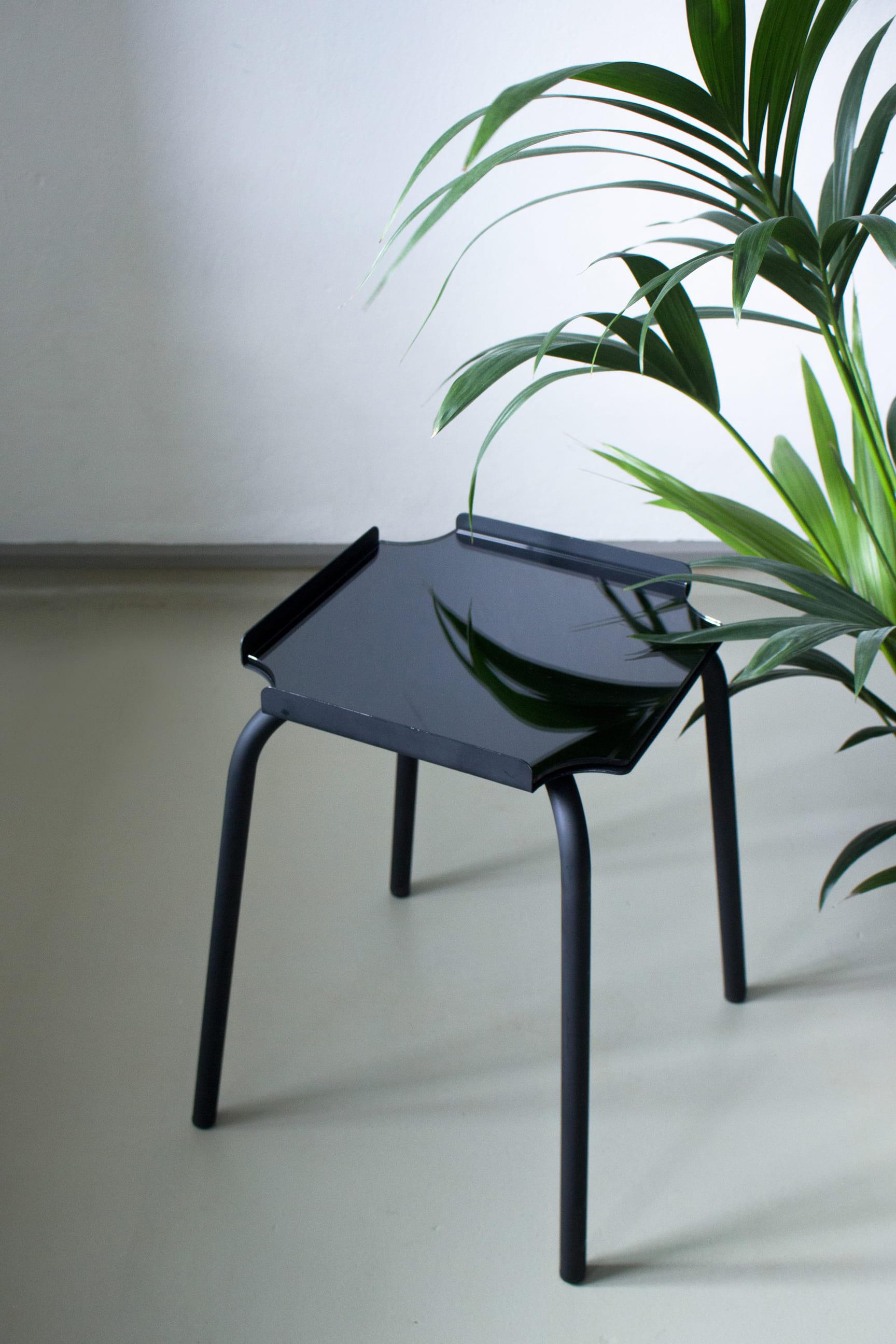 Beistelltisch ARC: Pur oder durch das Ergänzen einer Spiegelplatte ist ARC ein minimalistischer Beistelltisch aus gebogenem Stahlrohr und gekantetem Blech.