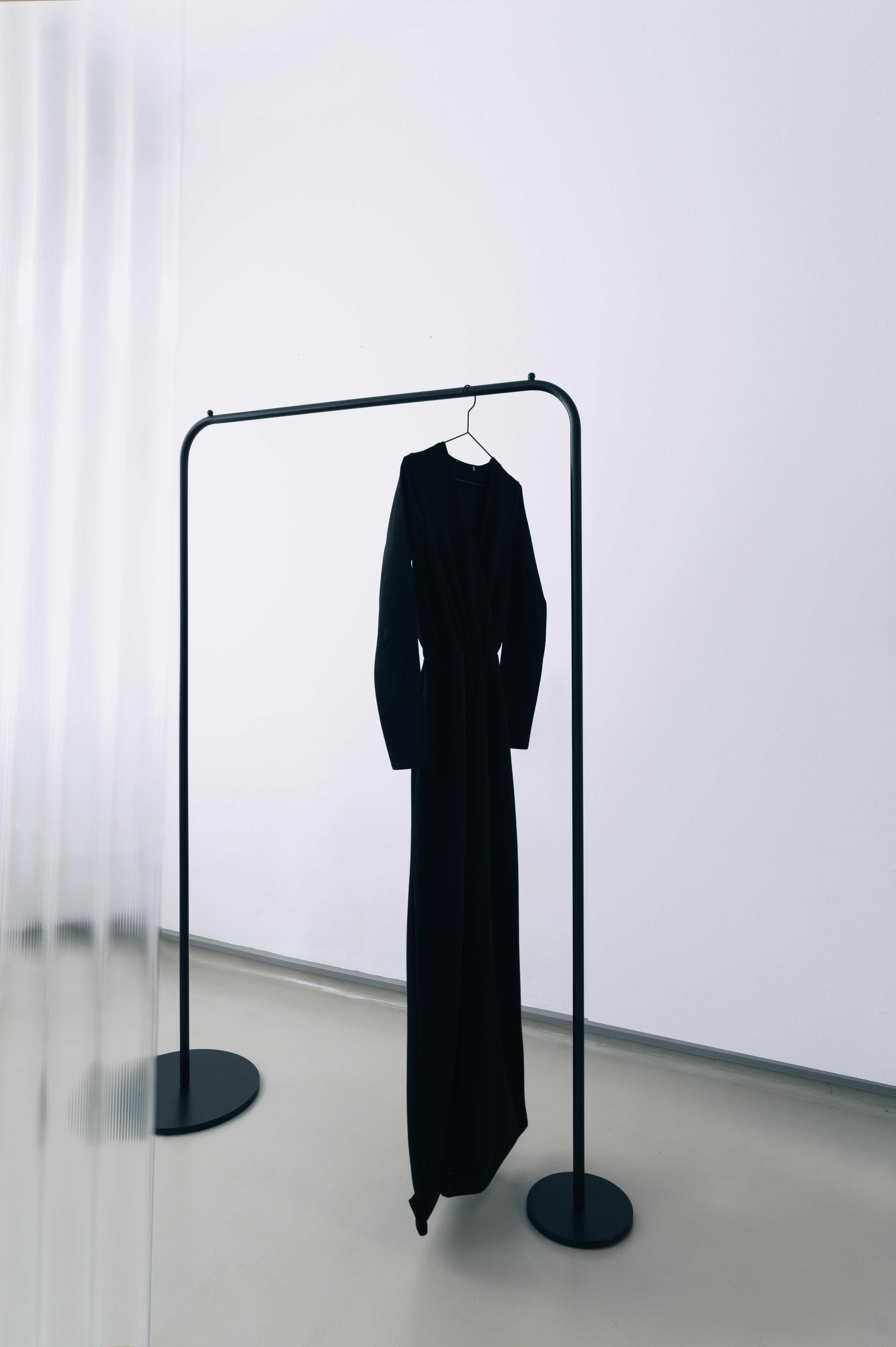 Garderobenstange LIA: LIA ist eine minimalistische Garderobenstange aus Metall.