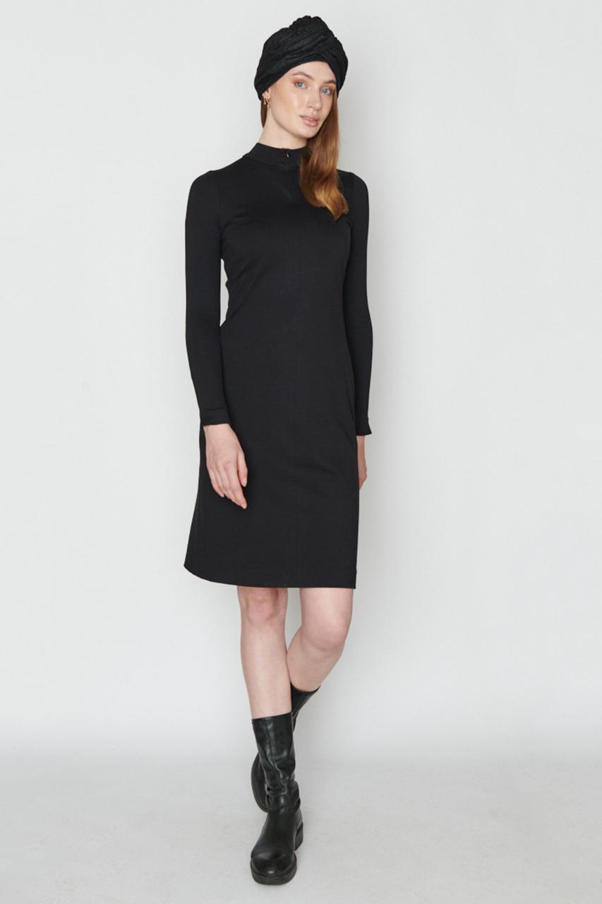 Tailiiertes Kleid mit RV. Material: 65 % Viscose, 30 % Polyester, 5 % Elastan. Farbe: Schwarz.