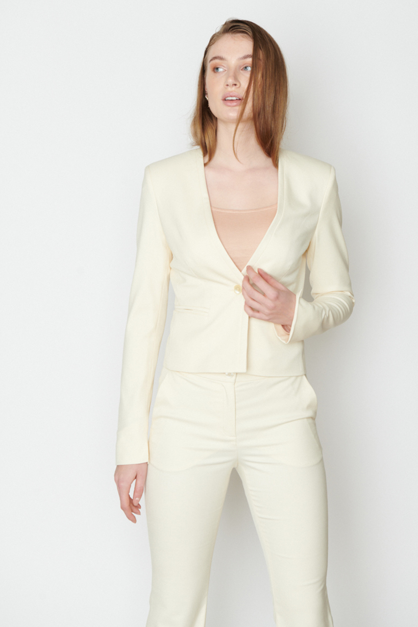 Taillierter Blazer mit Blende. Material: 49% Bamboo, 49% recycled pl, 2% polyester. Farbe: Creme.