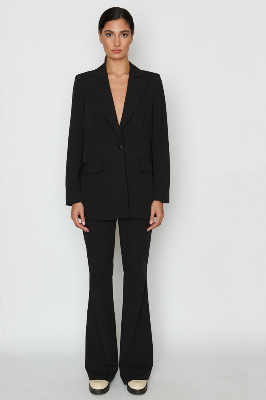 Oversized Blazer. Material: 49% Bamboo, 49% recycled pl, 2% polyester. Farbe: Schwarz.