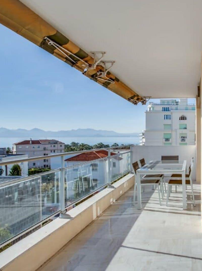 https://book.bnbkeys.com/fr/rentals/169860-appartement-alexandre-magnifique-appartement-moderne-a-cannes-a-centre-ville-croisette?currency=EUR