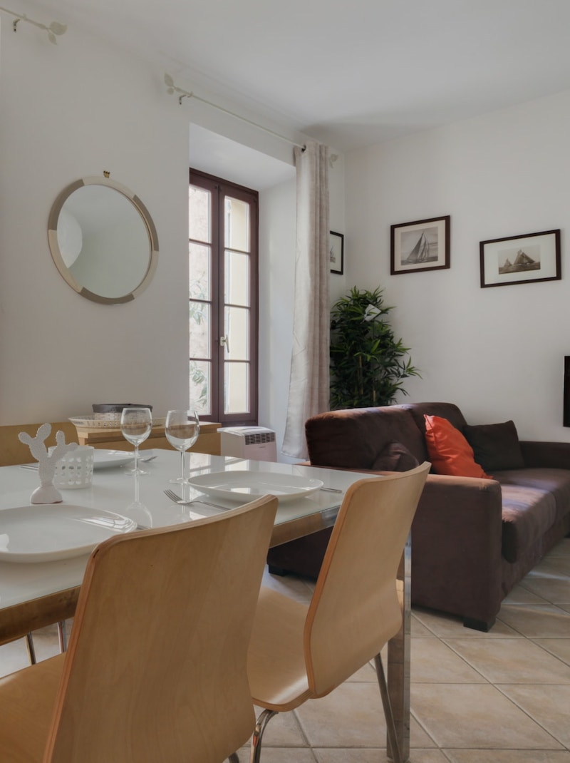 https://book.bnbkeys.com/fr/rentals/169920-appartement-ideal-dans-le-vieil-antibes-a-antibes?currency=EUR&guests=1