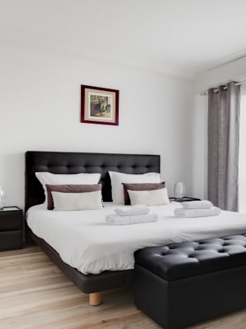 https://book.bnbkeys.com/fr/rentals/169979-appartement-en-dernier-etage-avec-terrasse-a-2min-de-la-place-massena-a-central-nice?currency=EUR&guests=1