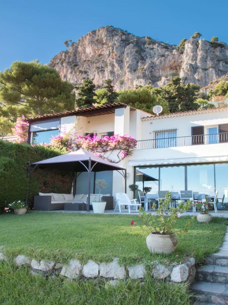 https://book.bnbkeys.com/fr/rentals/231159-villa-marina-villa-moderne-avec-vue-mer-a-2min-de-la-plage-a-eze?currency=EUR&guests=1