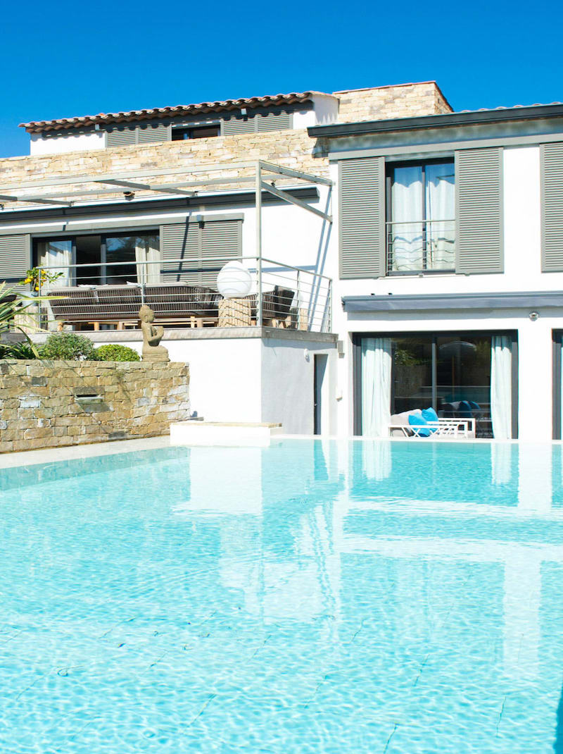 https://book.bnbkeys.com/fr/rentals/231423-villa-camelia-moderne-luxueuse-au-calme-et-a-quelques-minutes-du-centre-a-saint-tropez?currency=EUR&guests=1