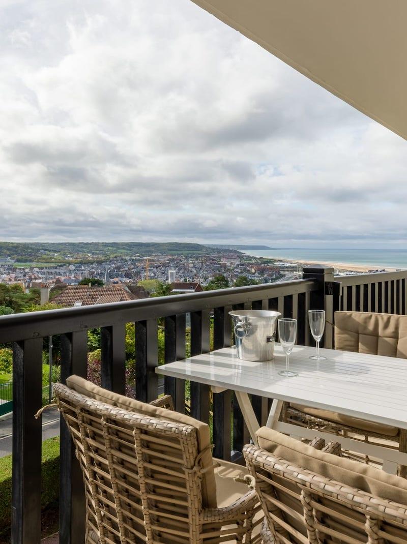 https://book.bnbkeys.com/fr/rentals/188454-superbe-appartement-sur-les-hauteurs-de-trouville-sur-mer-avec-vue-sur-mer-a?currency=EUR&guests=1