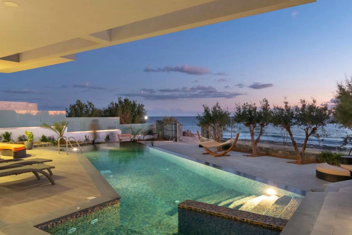 https://book.selectivetraveler.com/fr/rentals/276469-villa-ambrose-sea-front-exclusive-villa-20-guests-a-crete