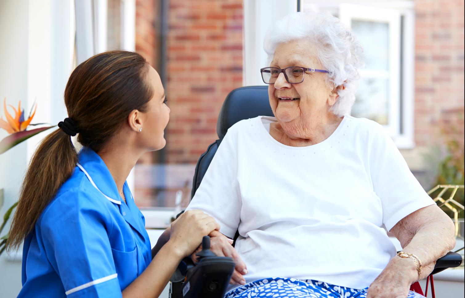 Pflegekraft im Pflegeheim der Zukunft mit mehr Zeit für den menschlichen Kontakt dank smarter IT-Loesungen