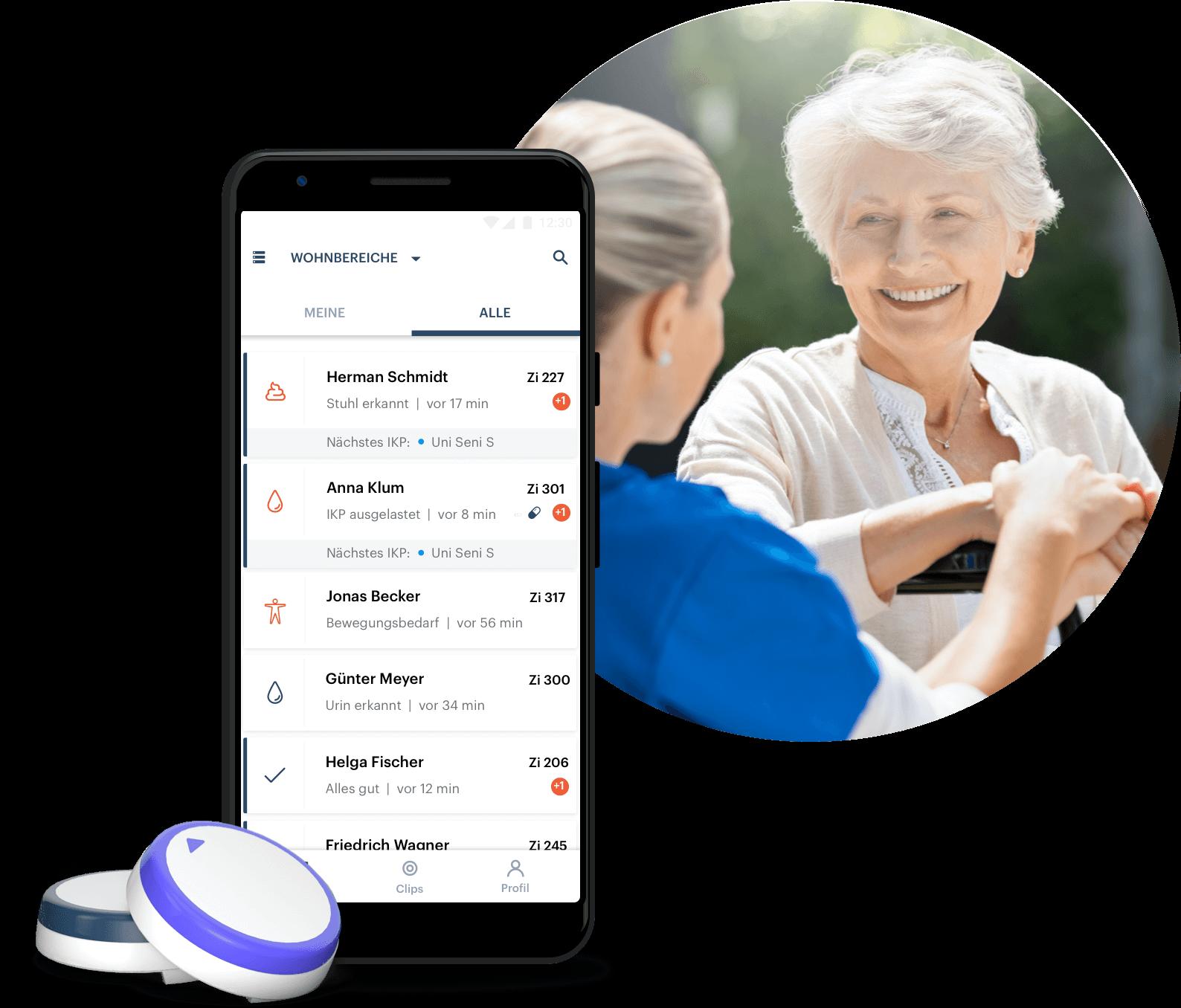 Bewohnerin mit Pflegekraft, im Vordergrund die AssistMe-App