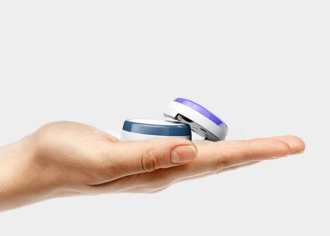 Sensoren für das Inkontinenzmanagement liegen auf einer Hand.