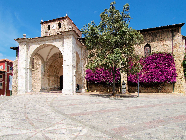 Fachada de la Basílica de Santa María del Concejo de Llanes, en Asturias