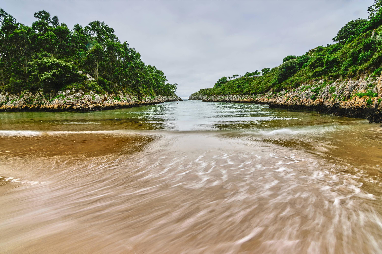 Playa de Guadamia con marea alta en Llanes, Asturias
