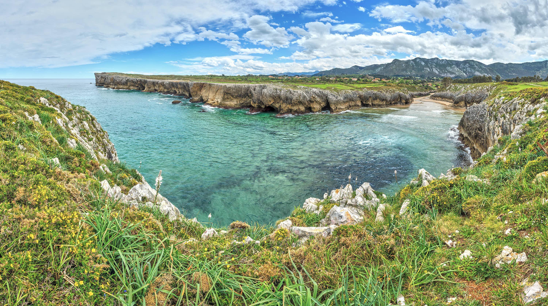 Vista superior de la playa de Guadamia en Llanes, Asturias