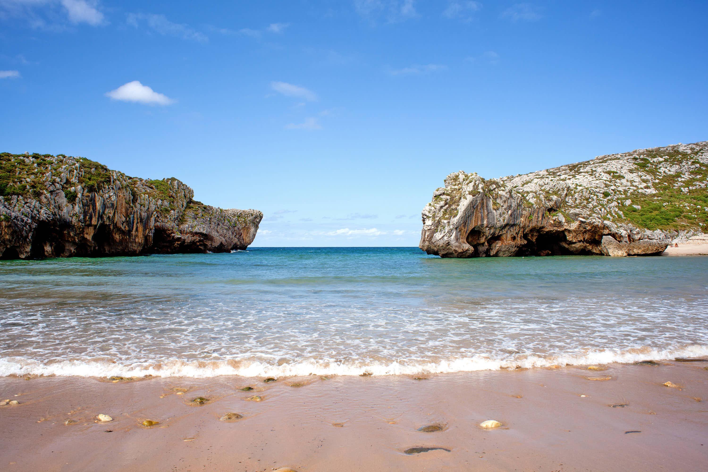 Playa de Cuevas del Mar con marea alta en Llanes, Asturias