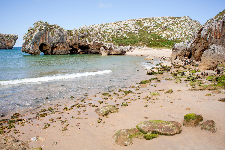 Playa de Villanueva desde la Playa de Cuevas del Mar en Llanes, Asturias