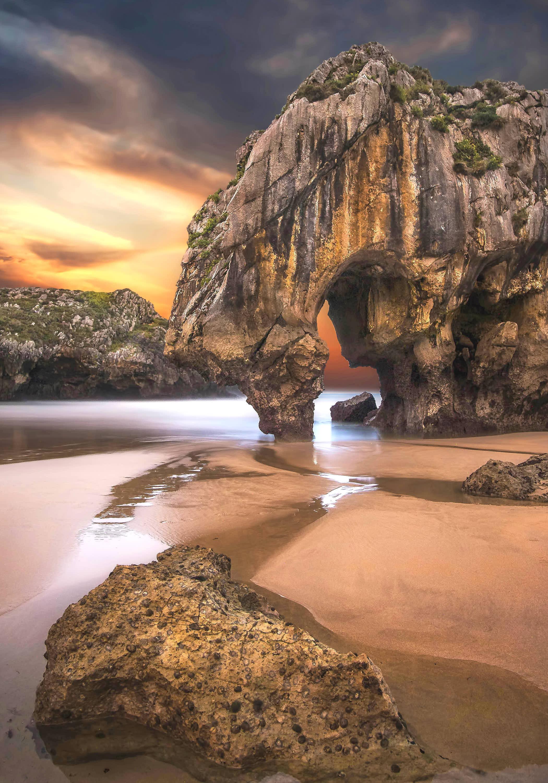 Famosa roca al atardecer en la Playa de Cuevas del Mar en Llanes, Asturias