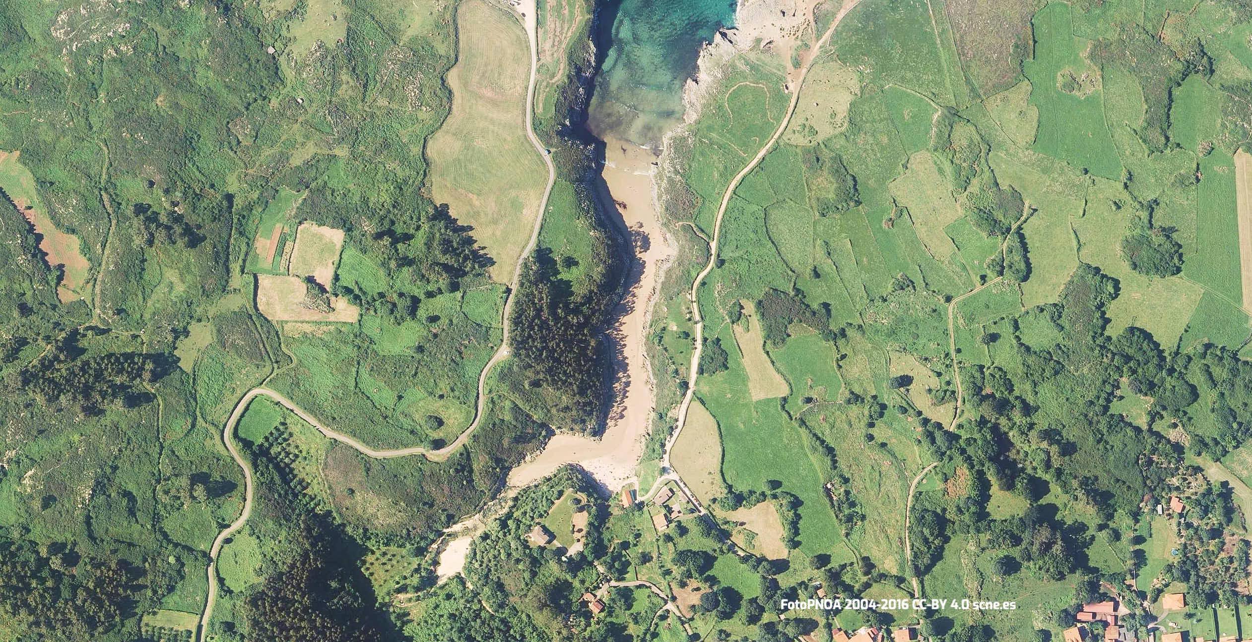Vista aerea de la playa de Guadamia en Llanes, Asturias