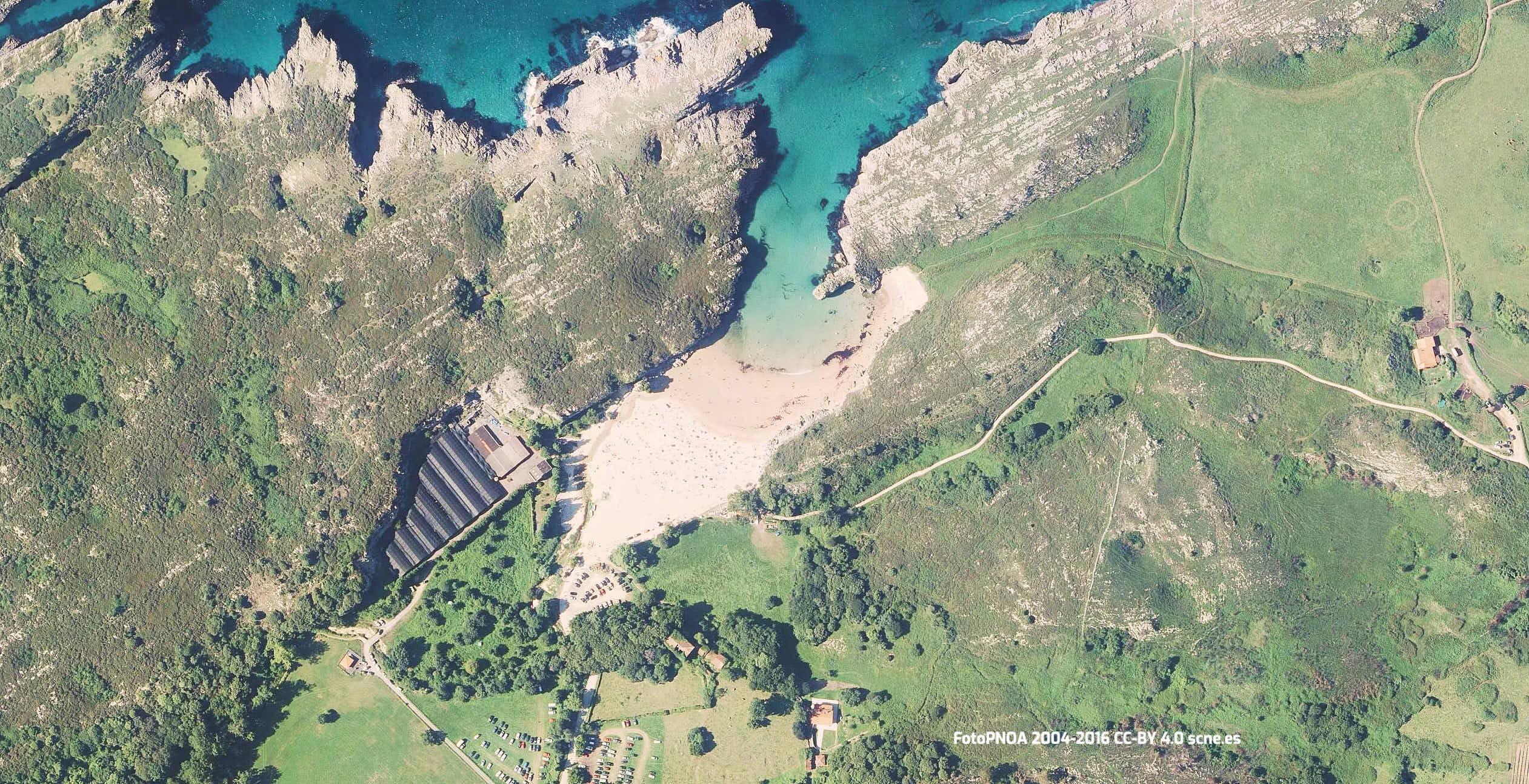 Vista aerea de la playa de Cuevas del Mar en Llanes, Asturias