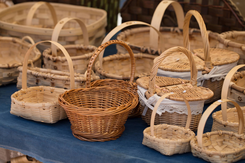 Mesa con multiples cestos de caña y mimbre en el Mercado dominical de Cangas de Onís, Asturias