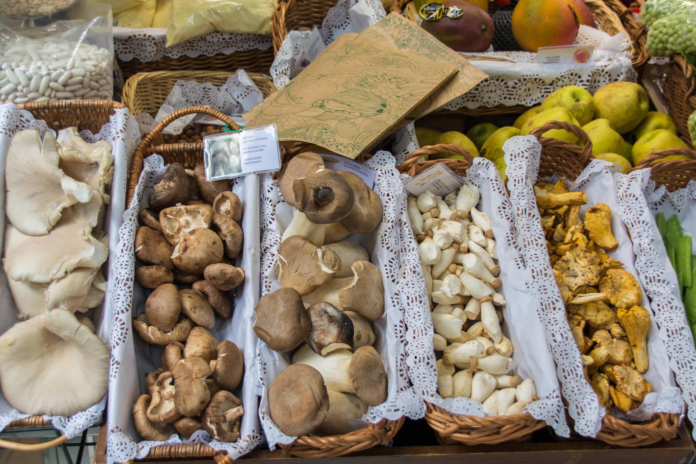 Diferentes tipos de setas y alimentos asturianos colocados para la venta en el Mercado dominical de Cangas de Onís, Asturias