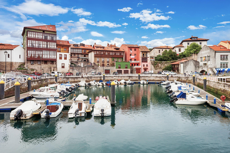 Zona deportiva en el puerto en la ciudad de Llanes, Asturias