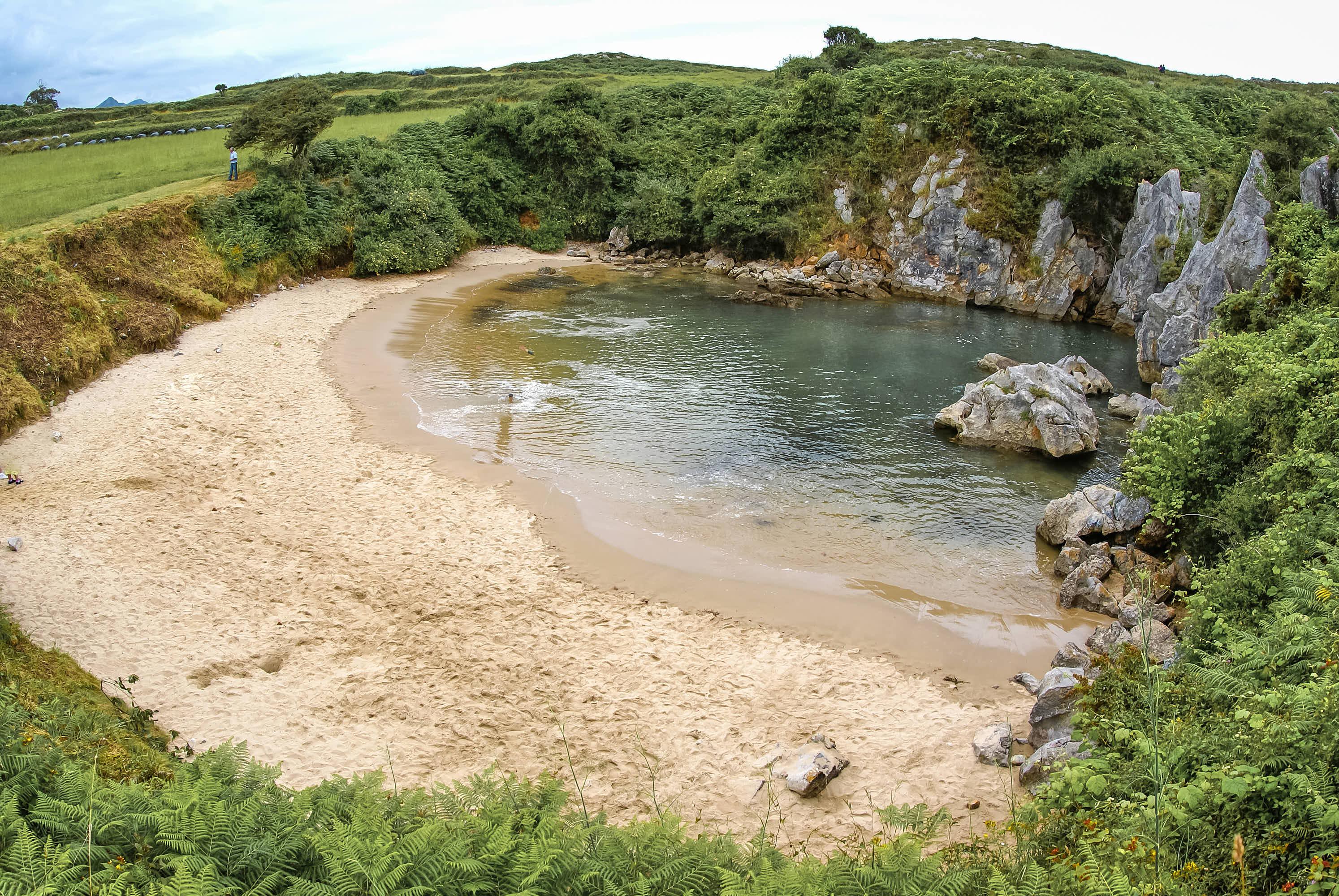 Playa de Gulpiyuri con marea alta en Llanes, Asturias