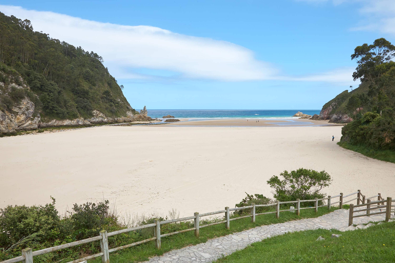 Playa de La Franca con marea baja en Llanes, Asturias