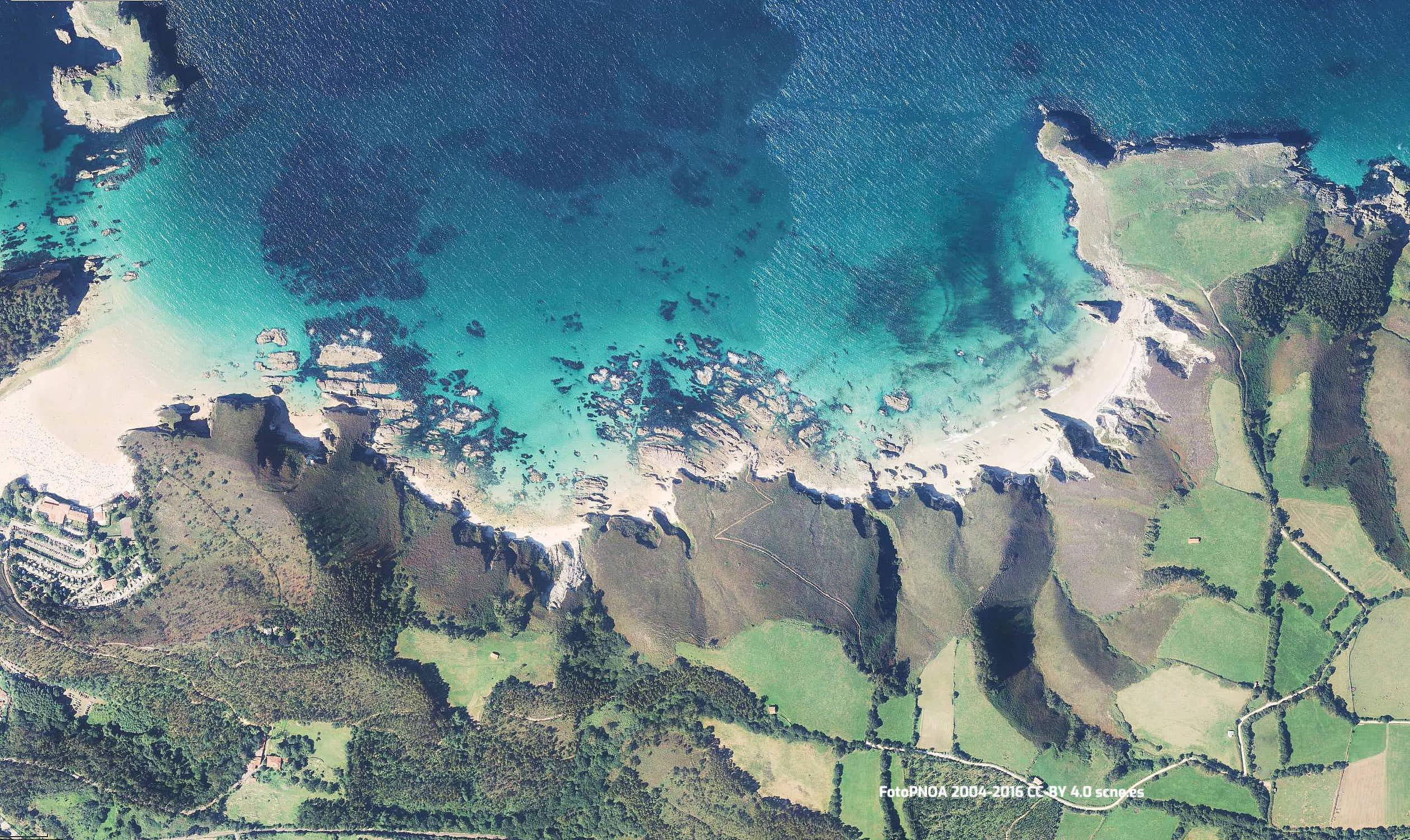 Vista aerea de la playa de Mendia en Llanes, Asturias