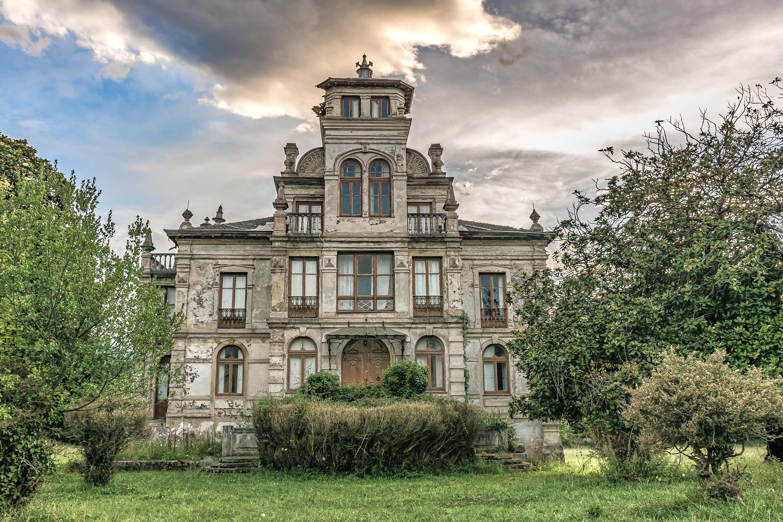 Exterior de la fachada del Palacio de Partariu en la ciudad de Llanes, Asturias