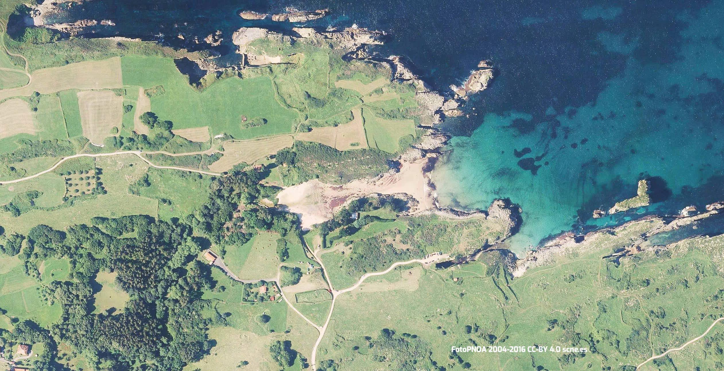 Vista aerea de la playa de Huelga y su entorno en Llanes, Asturias