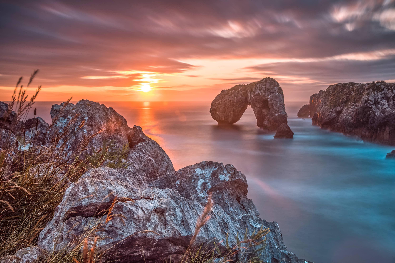 Castro de las Gaviotas o Islote Desfuracado junto a la Playa de Huelga en Llanes, Asturias