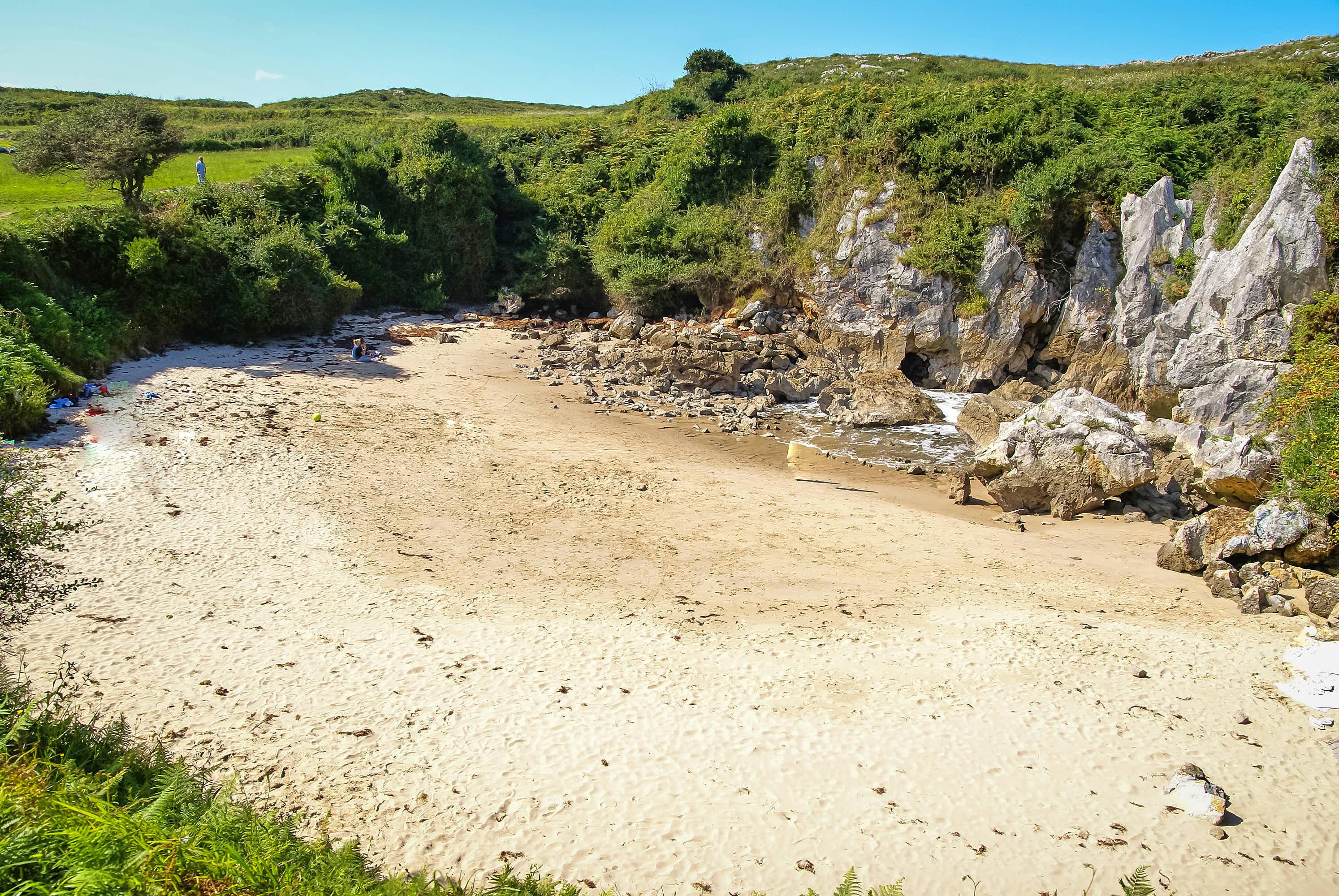Playa de Gulpiyuri con marea baja en Llanes, Asturias