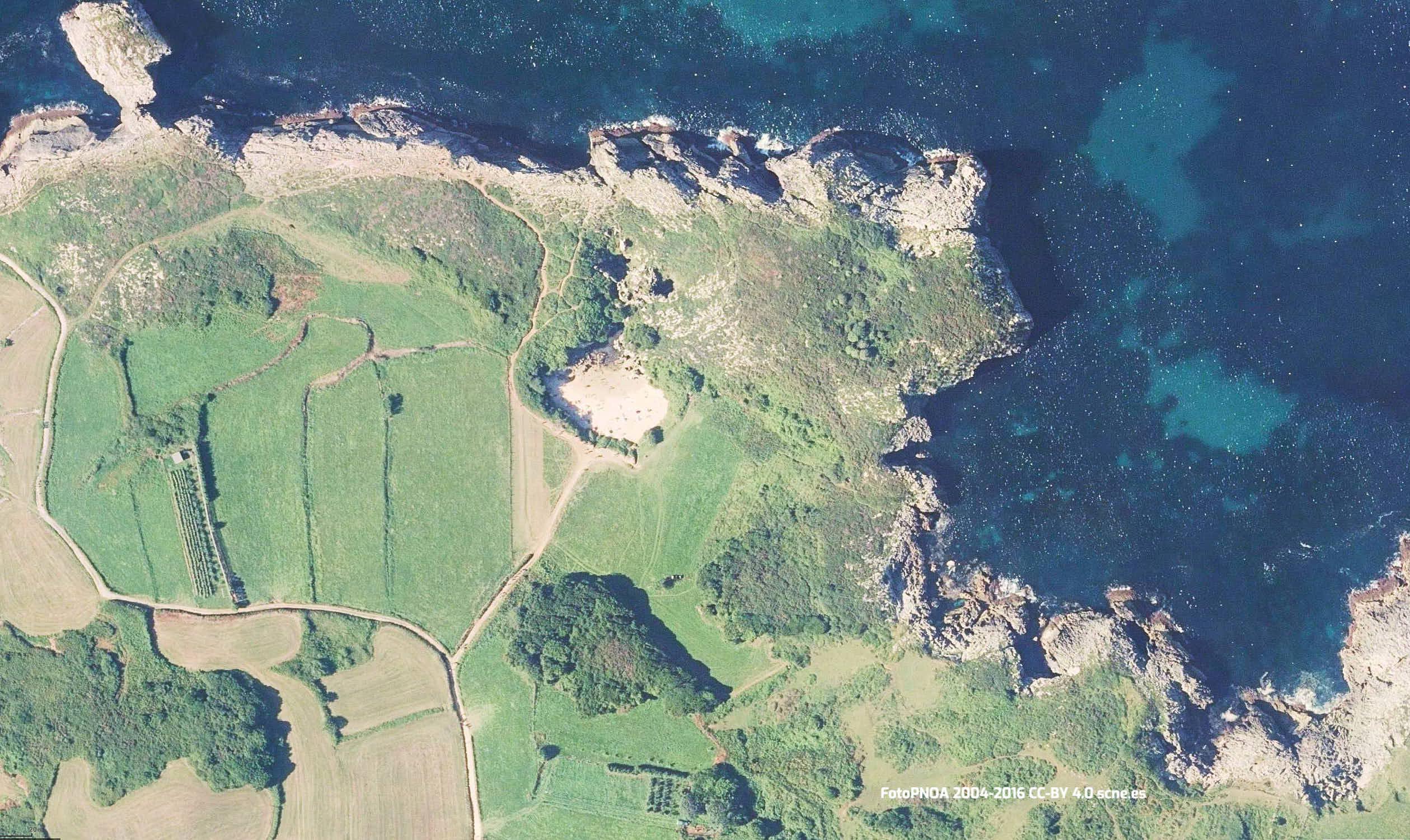 Vista aerea de la playa de Gulpiyuri en Llanes, Asturias
