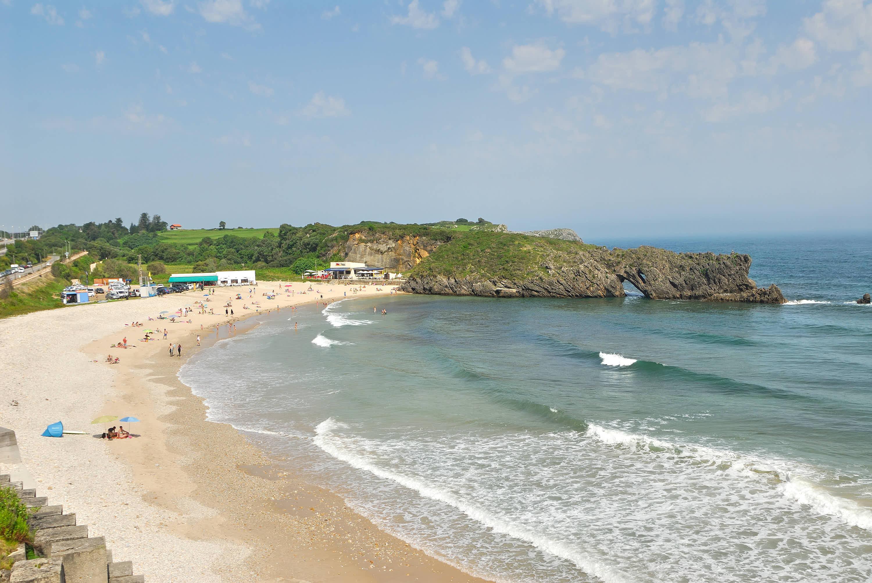 Lado izquierdo de la Playa de San Antolin en Llanes, Asturias
