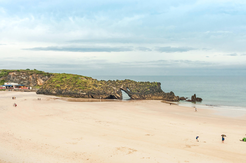Marea baja la Playa de San Antolin en Llanes, Asturias