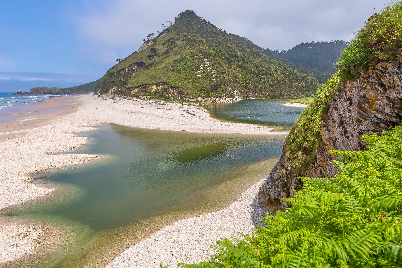 Rio Bedon en la Playa de San Antolin en Llanes, Asturias