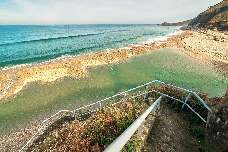 Marea alta la Playa de San Antolin en Llanes, Asturias