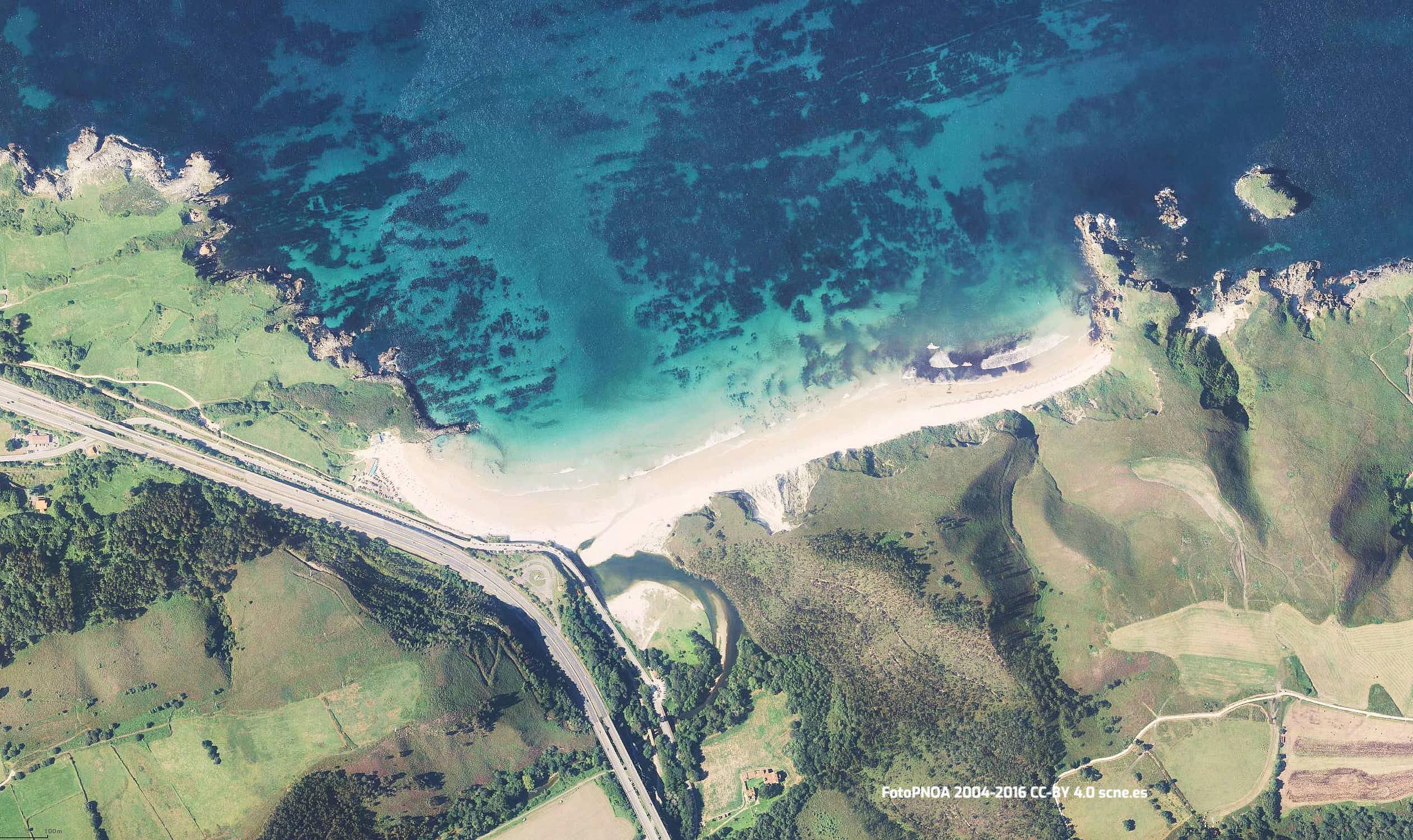 Vista aerea de la playa de San Antolin en Llanes, Asturias