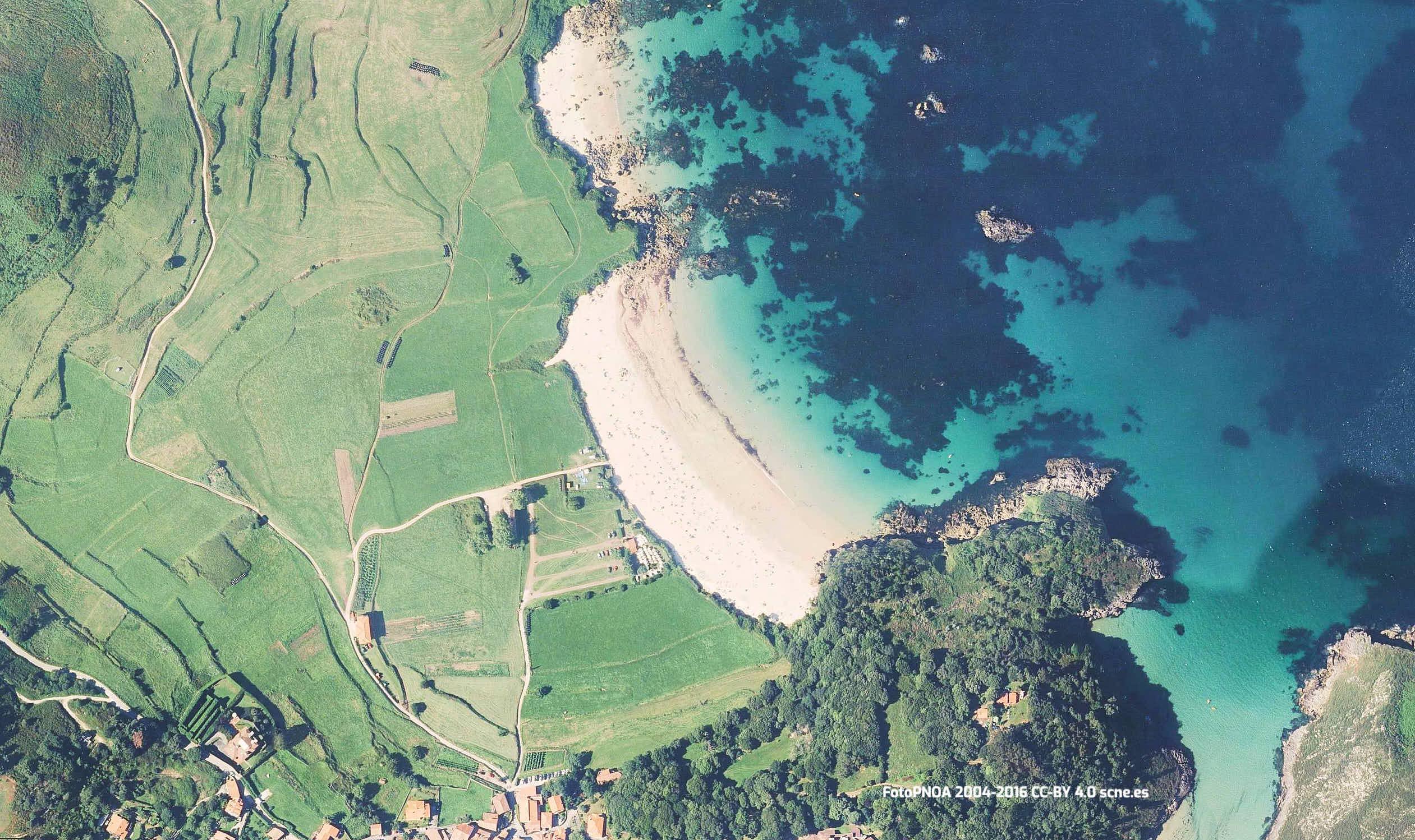 Vista aerea de la playa de Toranda en Llanes, Asturias