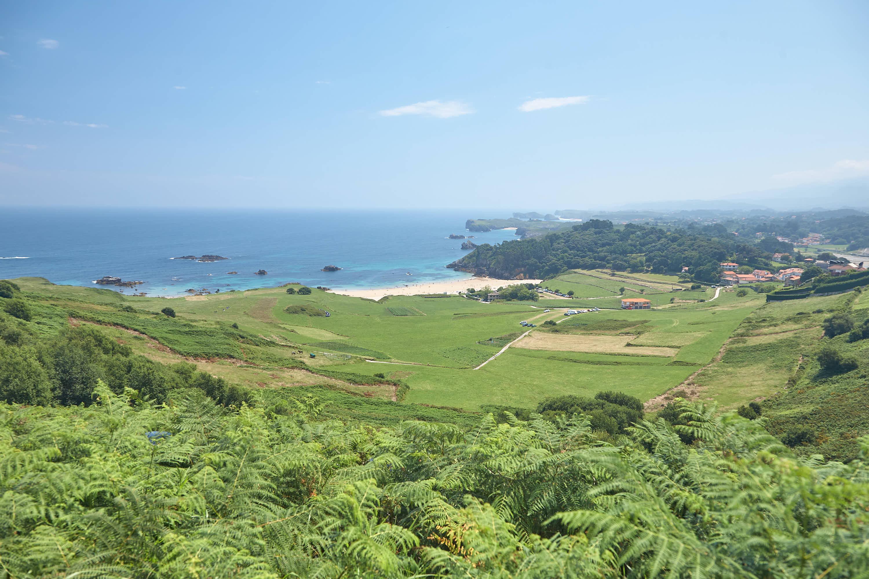Paisaje con la playa de Toranda en Llanes, Asturias
