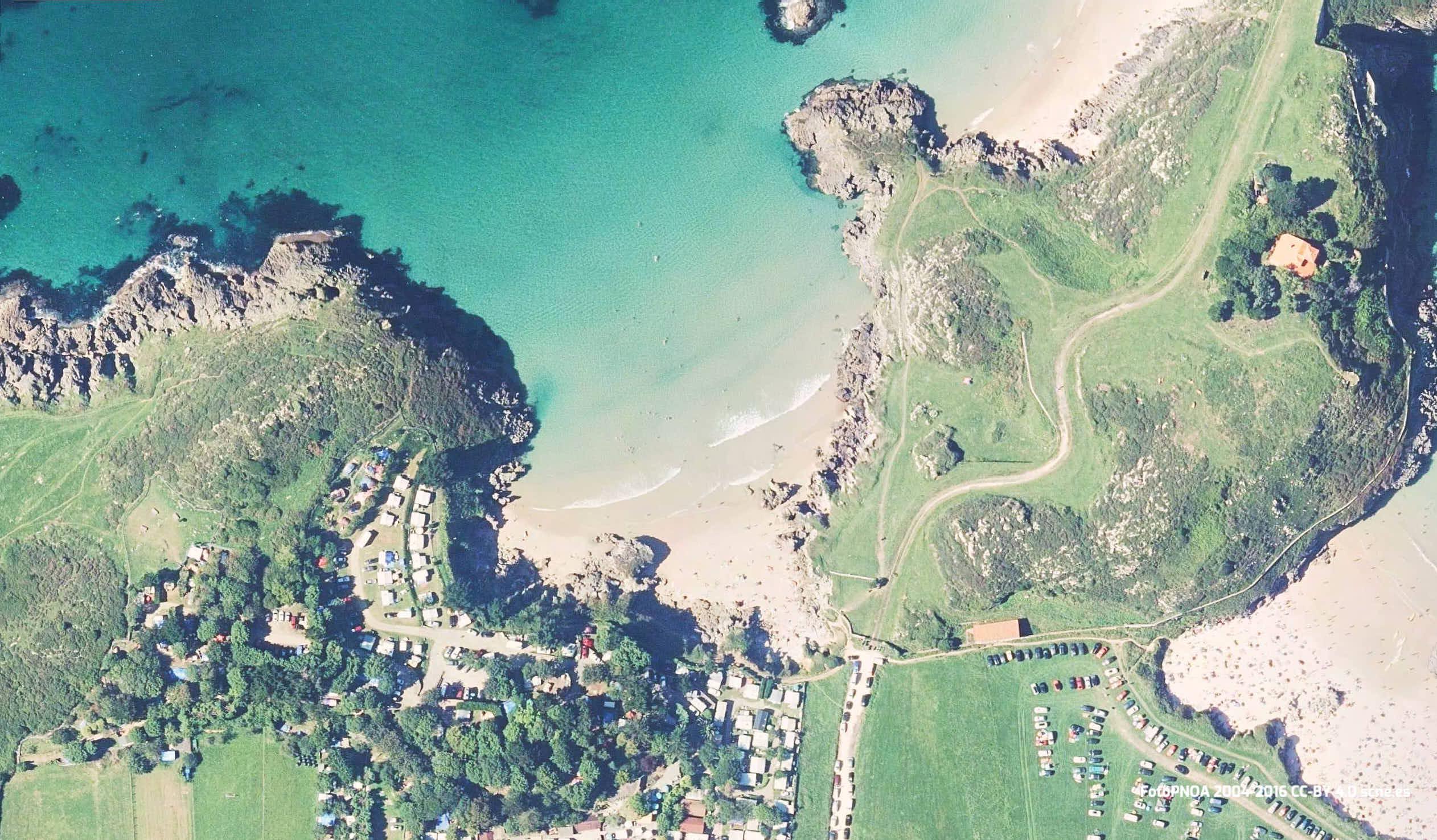 Vista aérea de la Playa de Troenzo en Celorio, Llanes, Asturias