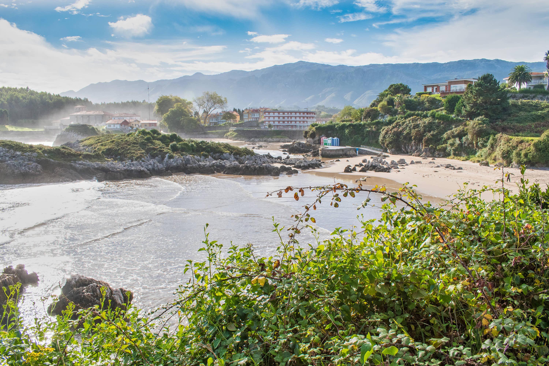 Vista desde la montaña de Playa de Palombina en Llanes, Asturias