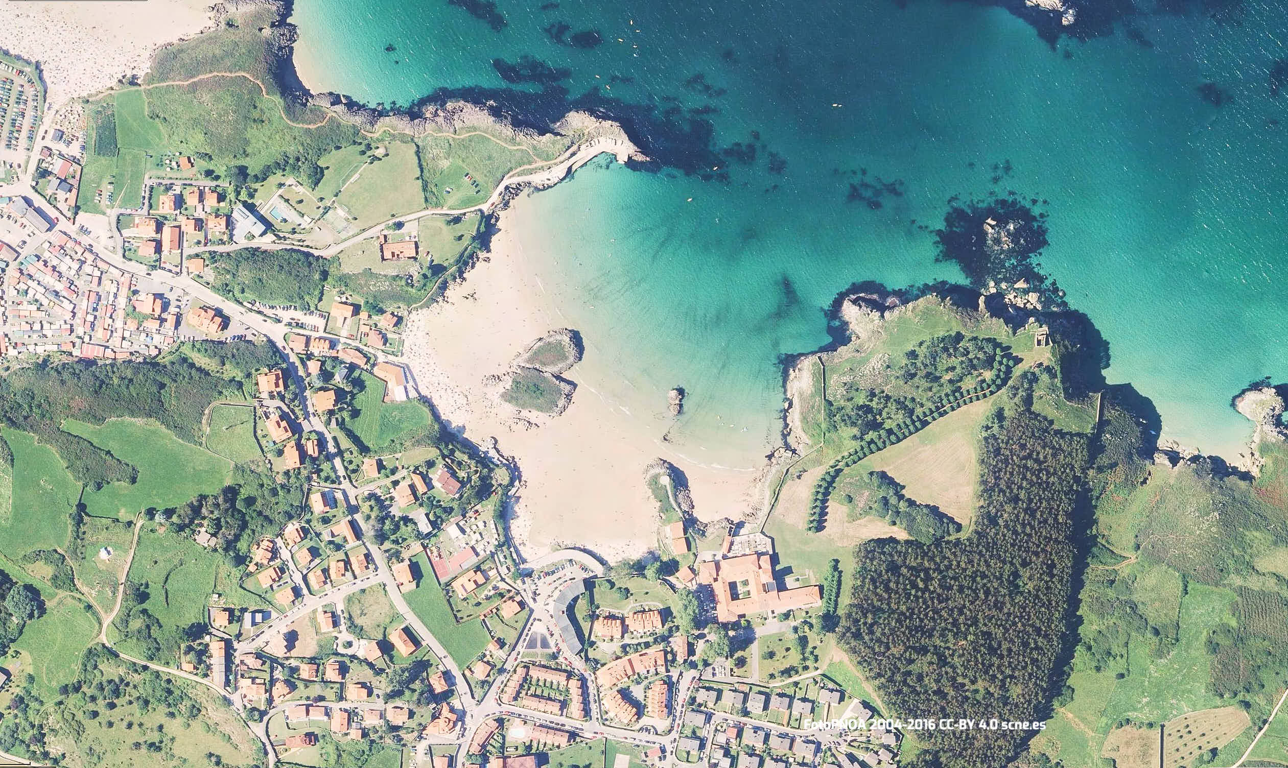 Vista aerea de las playas de Palombina y Camaras en Llanes, Asturias