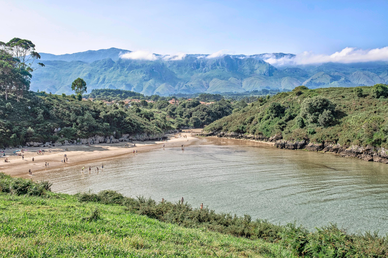 Playa de Poo con marea alta en Llanes, Asturias
