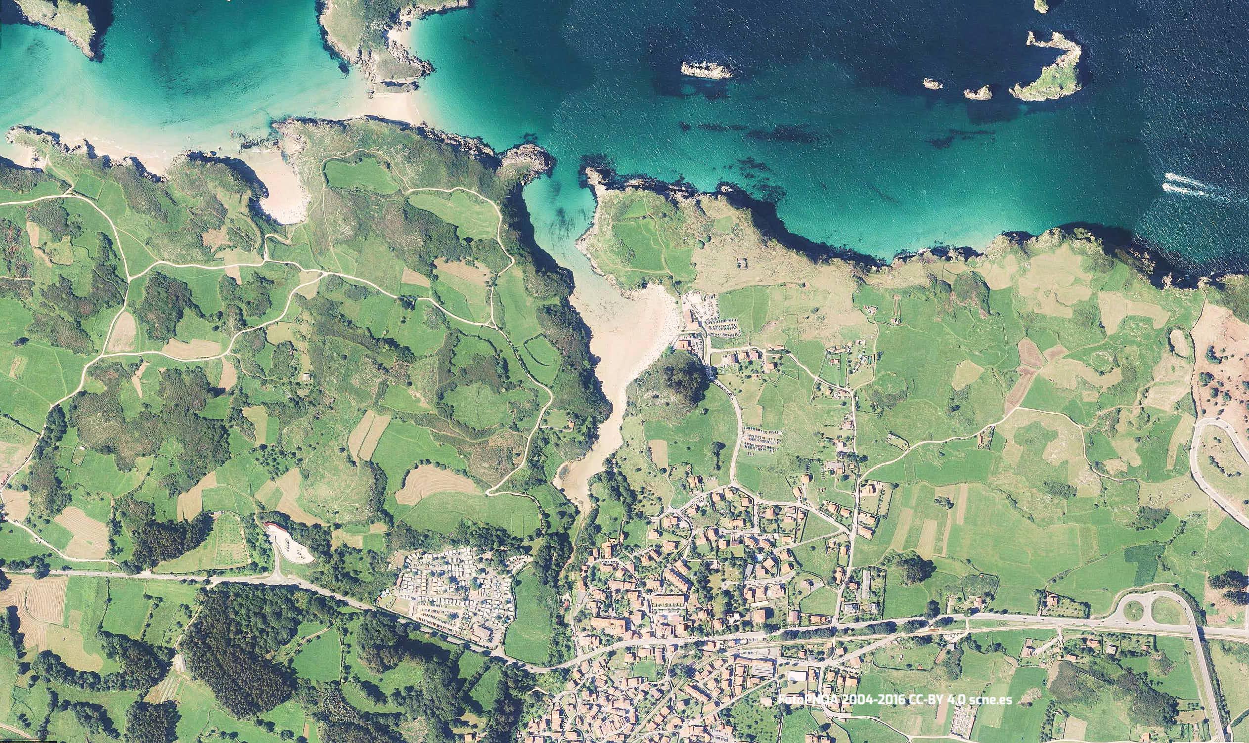 Vista aerea de la playa de Poo y su entorno en Llanes, Asturias