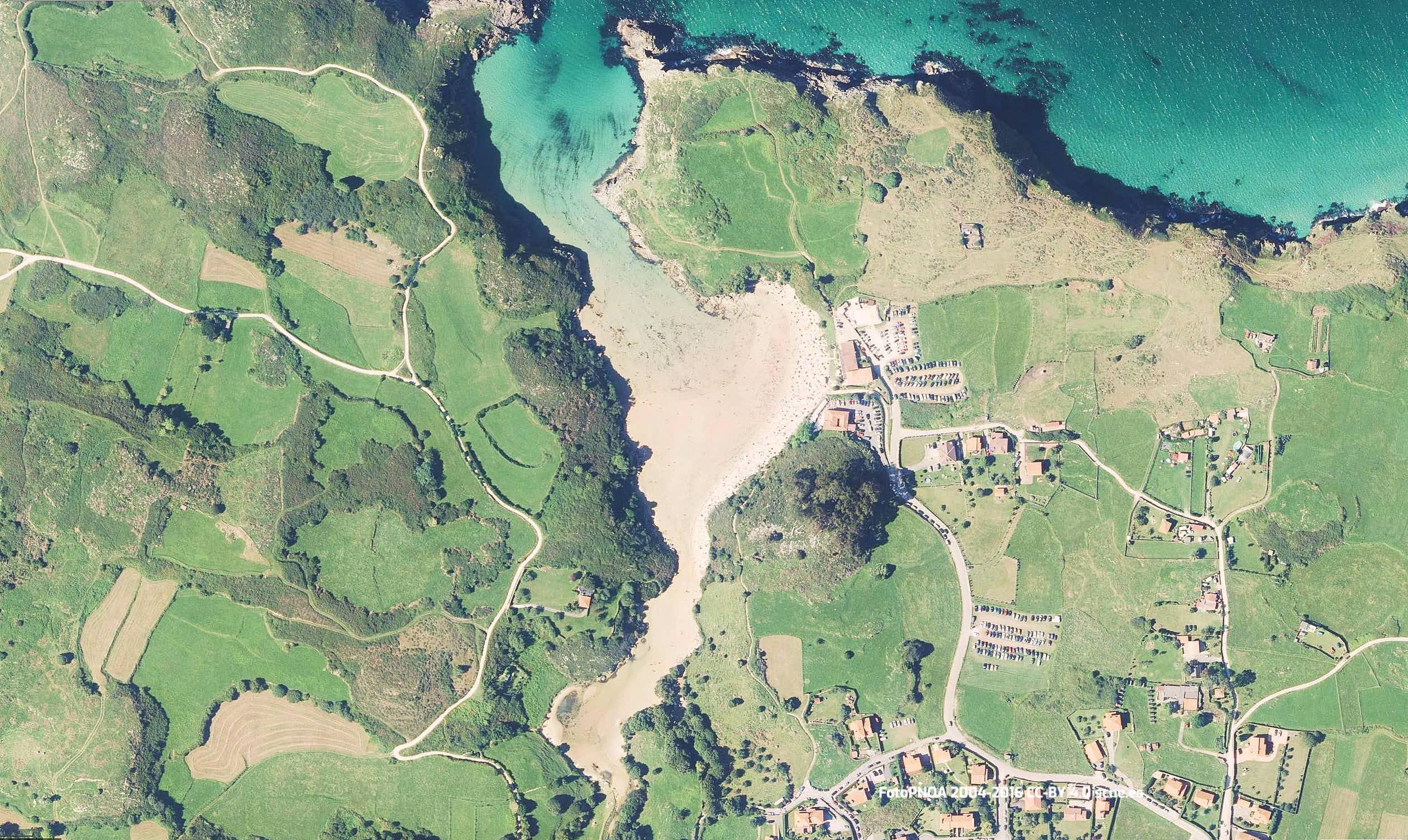 Vista aerea de la playa de Poo en Llanes, Asturias