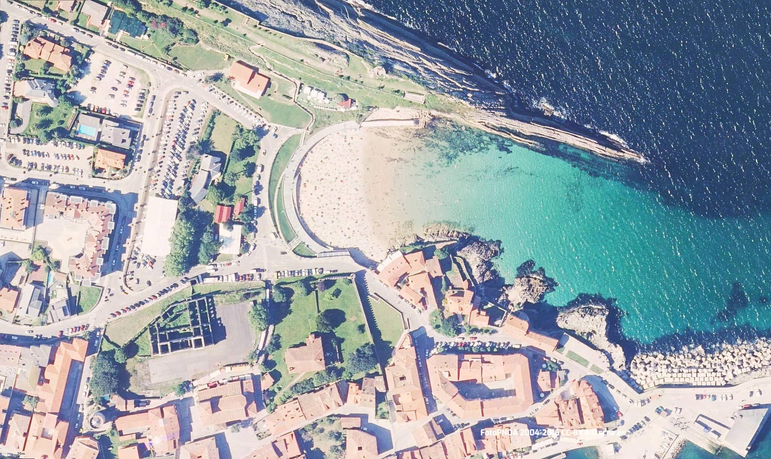 Vista aerea de la playa de Sablon en Llanes, Asturias